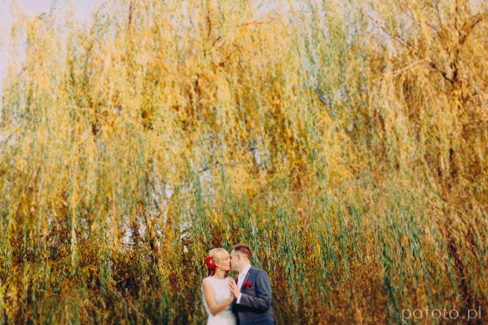 całująca się para młoda w parku