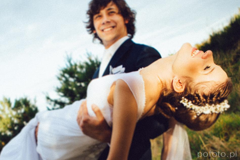uśmiechnięta para młoda podczas sesji plenerowej