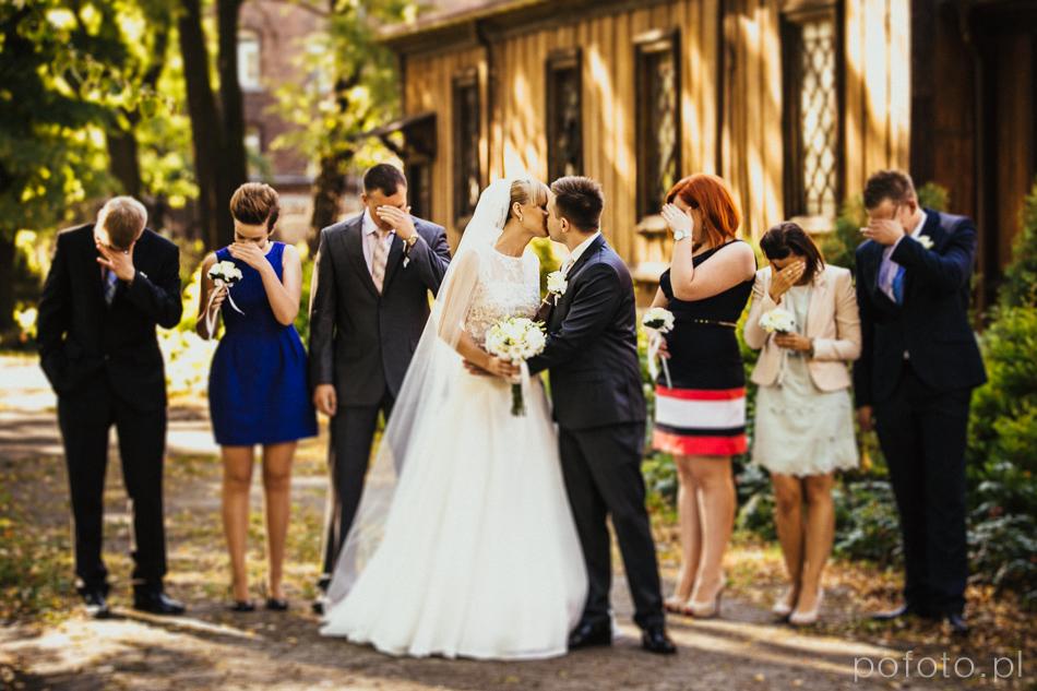 pocałunek pary przed ceremonią ślubną w tle świadkowie zakrywają oczy