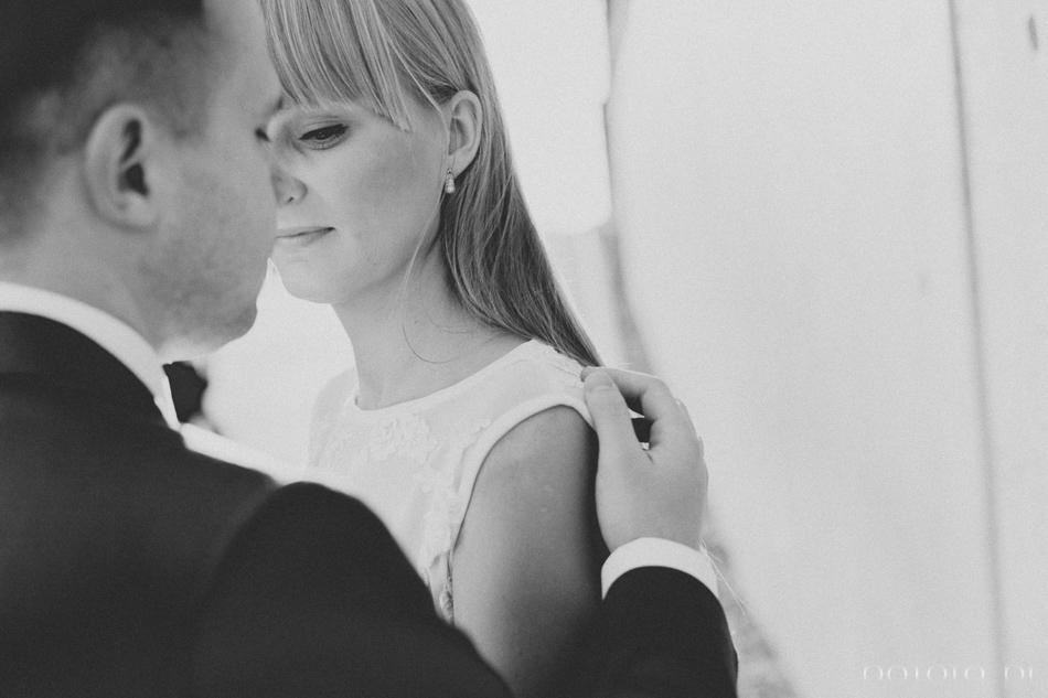 czarno biała fotografia Kamila dotyka remienia swojej żony
