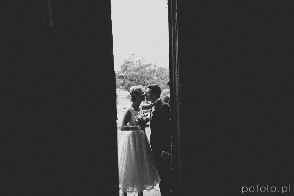 zdjęcie BW całujacych się młodych jeszcze przed ceremonią