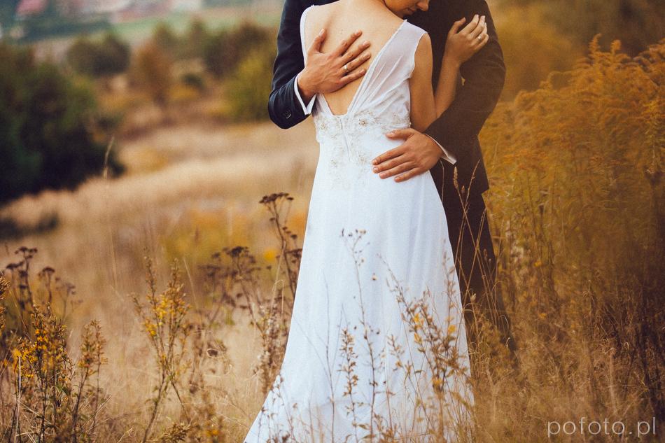 przytulanoa para młoda w tle rozmyty jesienny krajobraz
