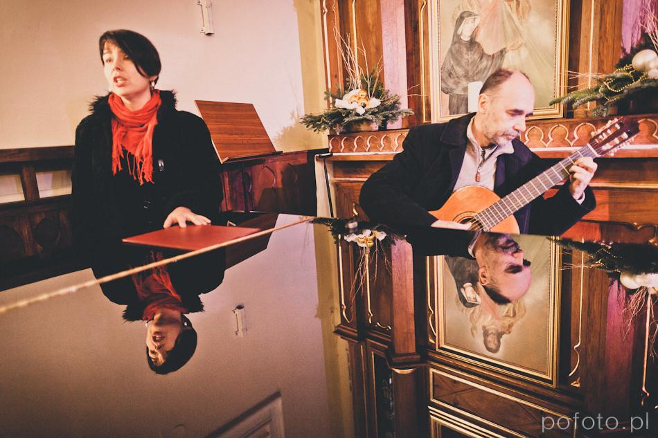 gitarzysta i solistka kolorowe odbicie w fortepianie