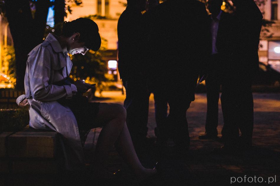 dziewczyna z telefonem pod kościołem zawsze jest czas na social media