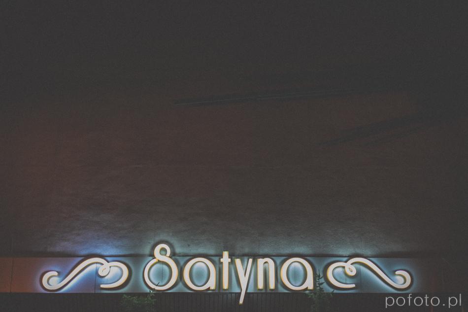 neon nad wejściem do restauracji satyna