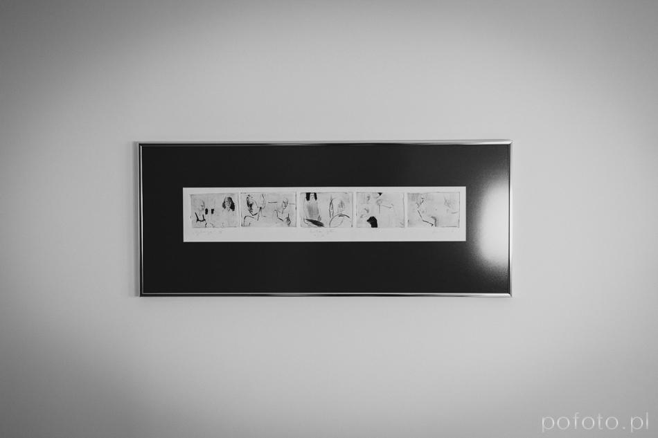 zdjęcie oprawionej grafiki powieszonej na scianie w domu młodej pary