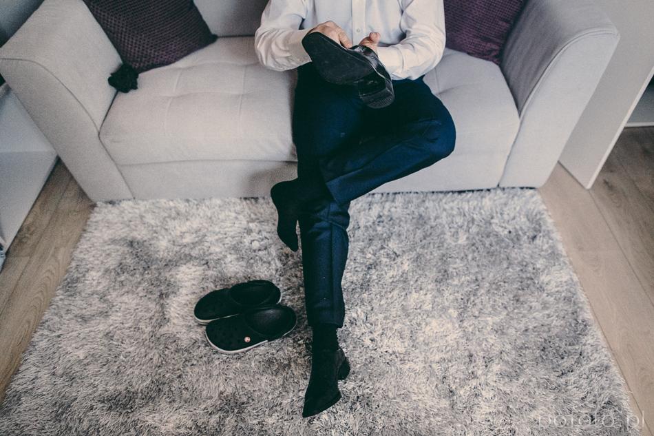 przygotowania na kanapie młody zakłada buty