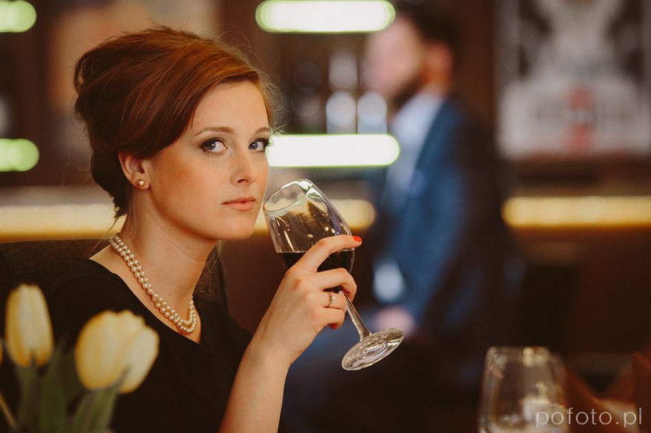 portret, kobieta z kieliszkiem wina