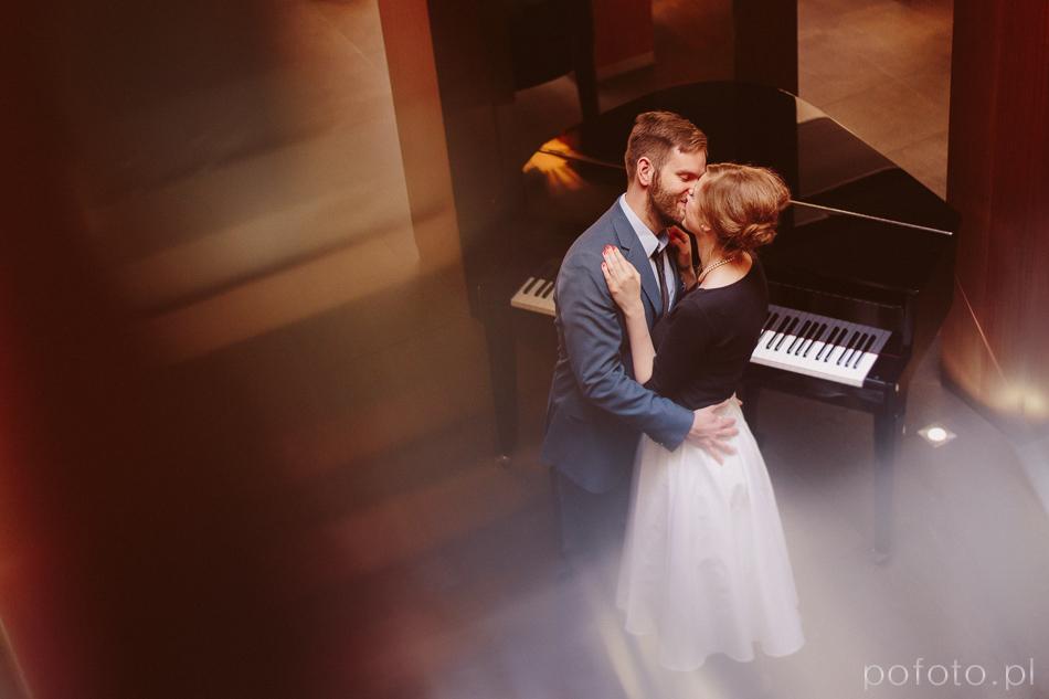 pocałunek, para kochanków, zakochana para, pianino