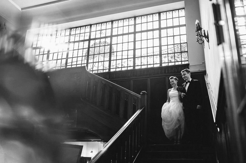zdjęcie składające się na reportaż ślubny Kasi i Grzegorza - para schodzi ze schodów w restauracji Soplicowo w Łodzi