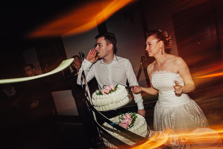zdjęcie składające się na reportaż ślubny Kasi i Grzegorza - tort w Soplicowie