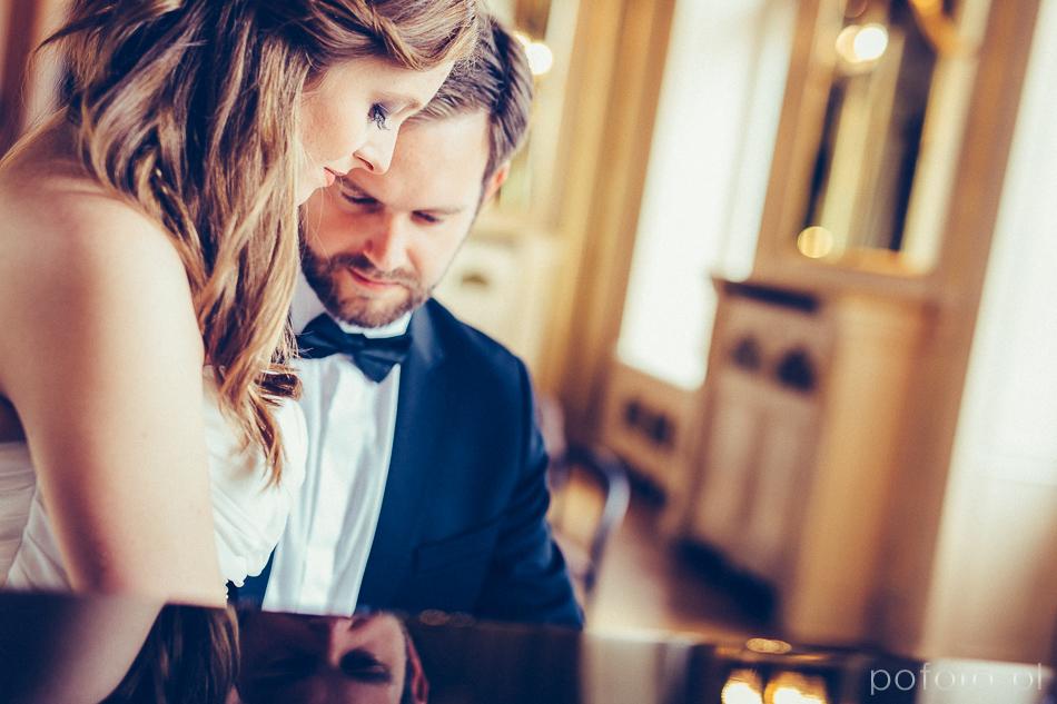 para młoda w Pałacu Poznańskiego przy pianinie
