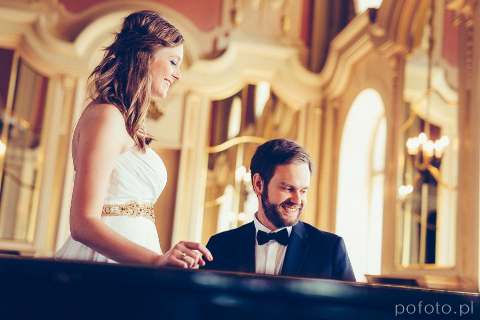 uśmiechnięta para młoda w Pałacu Poznańskiego podczas sesji