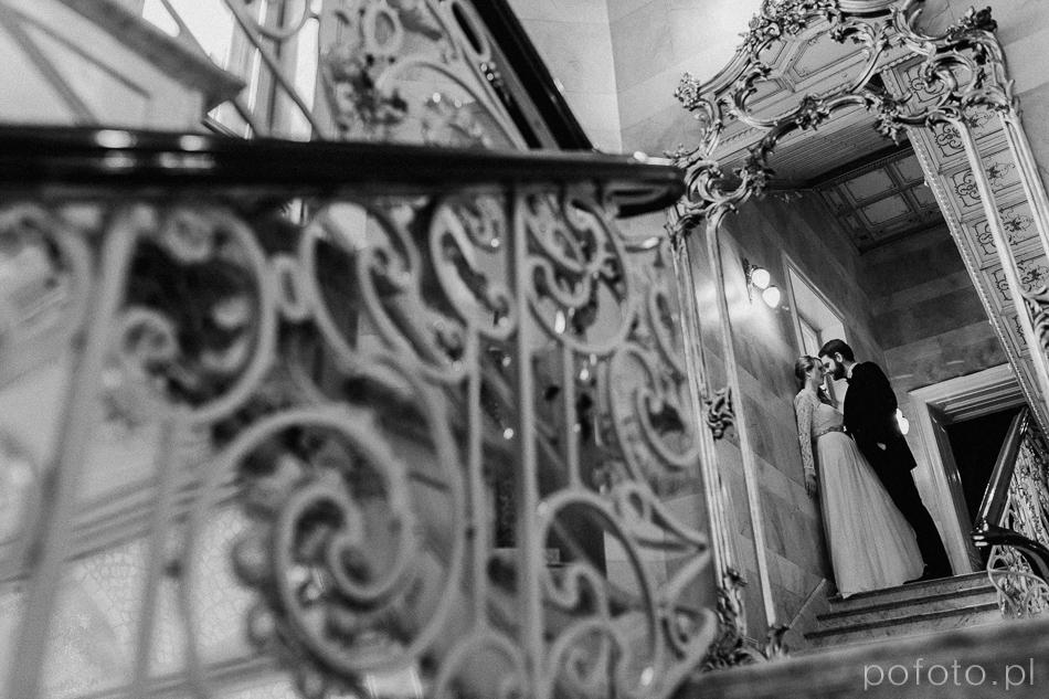 para młoda na schodach w Pałacu Poznańskiego