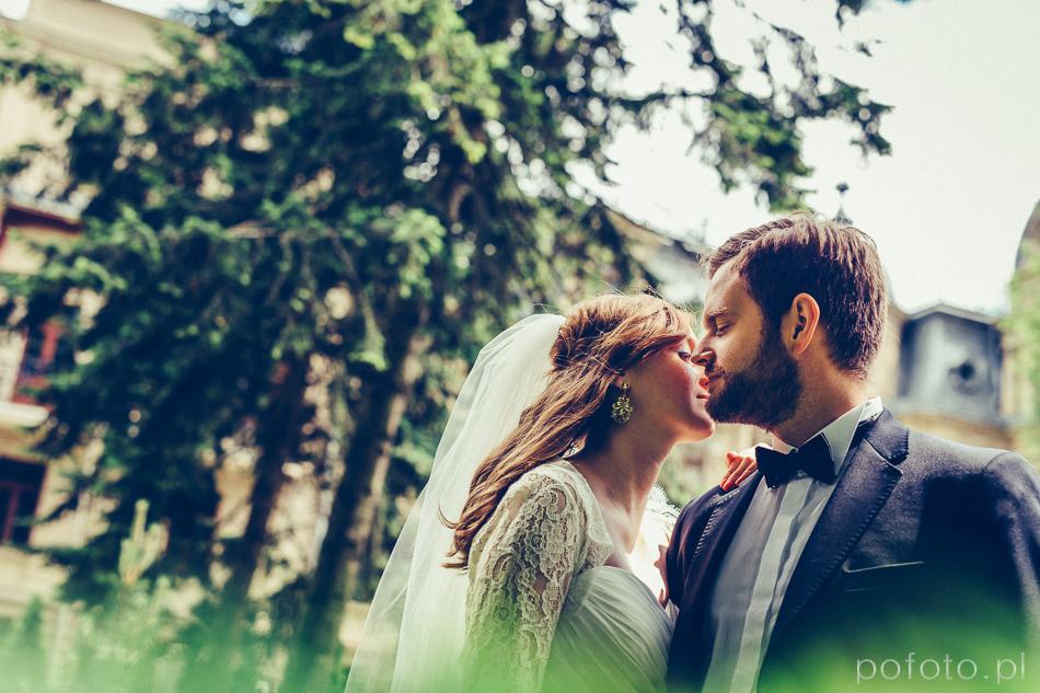 pocałunek pary młodej w ogrodzie Pałacu Poznańskiego