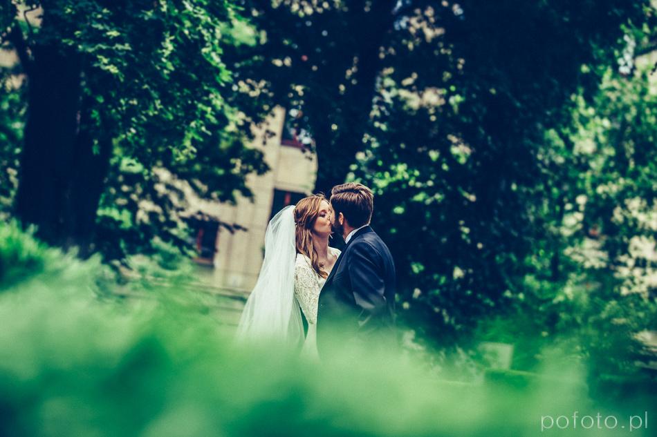 pocałunek w ogrodzie Pałacu Poznańskiego