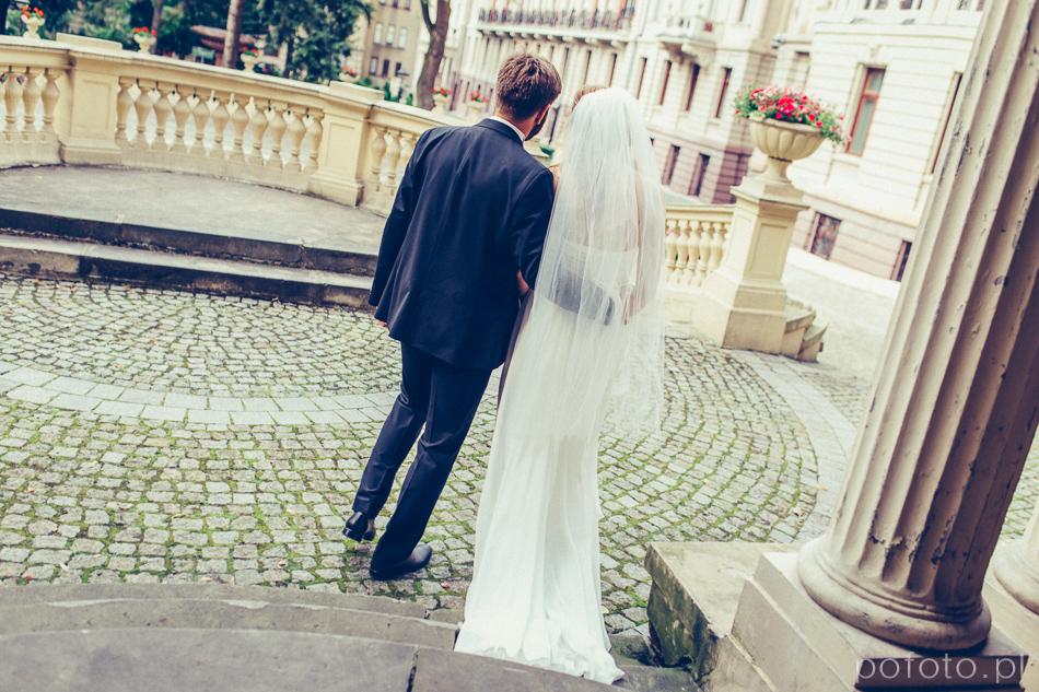 para młoda wychodzi do ogrodu Pałacu Poznańskiego