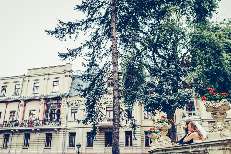 para młoda w ogrodzie Pałacu Poznańskiego