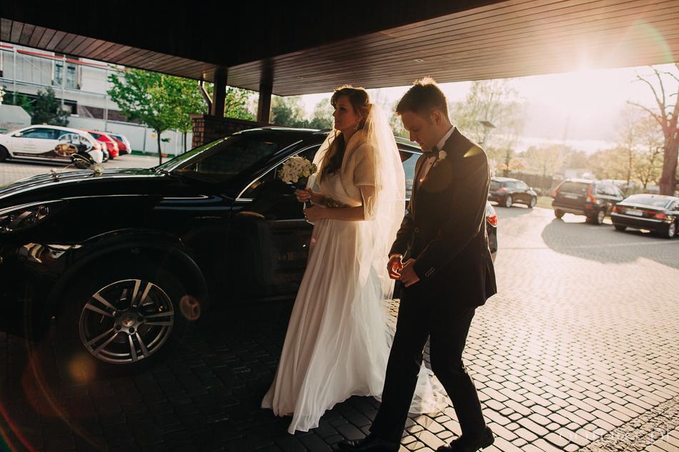 fotoreportaż ślubny młoda para wchodzi na salę