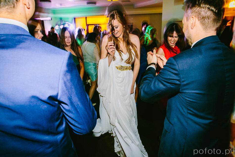 Panna Młoda podczas zabawy weselnej