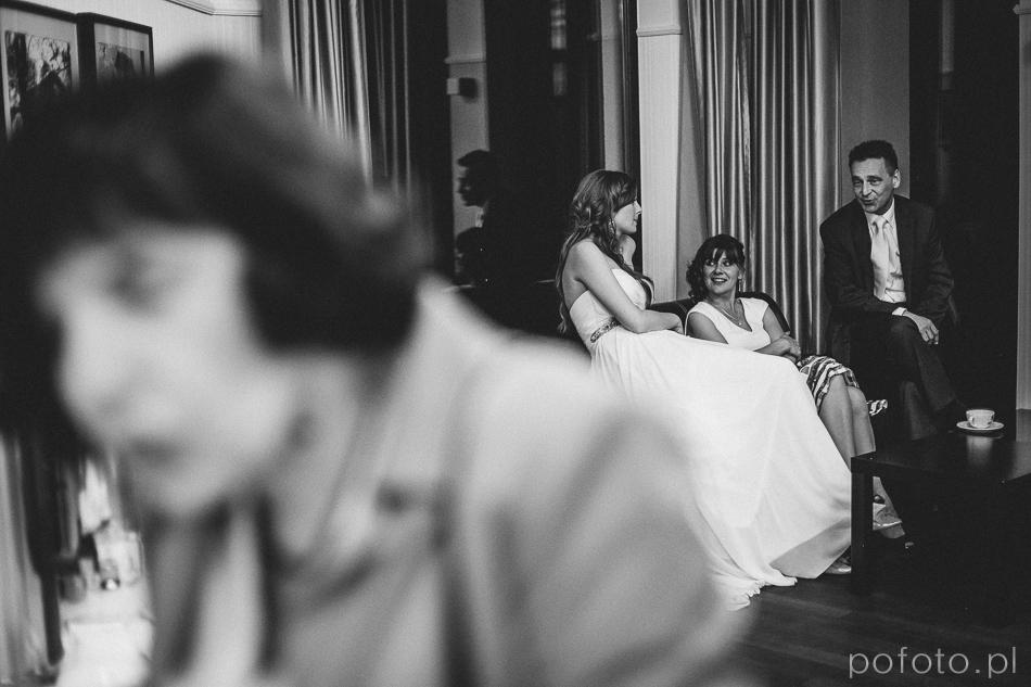 Panna Młoda odpoczywa w trakcie wesela