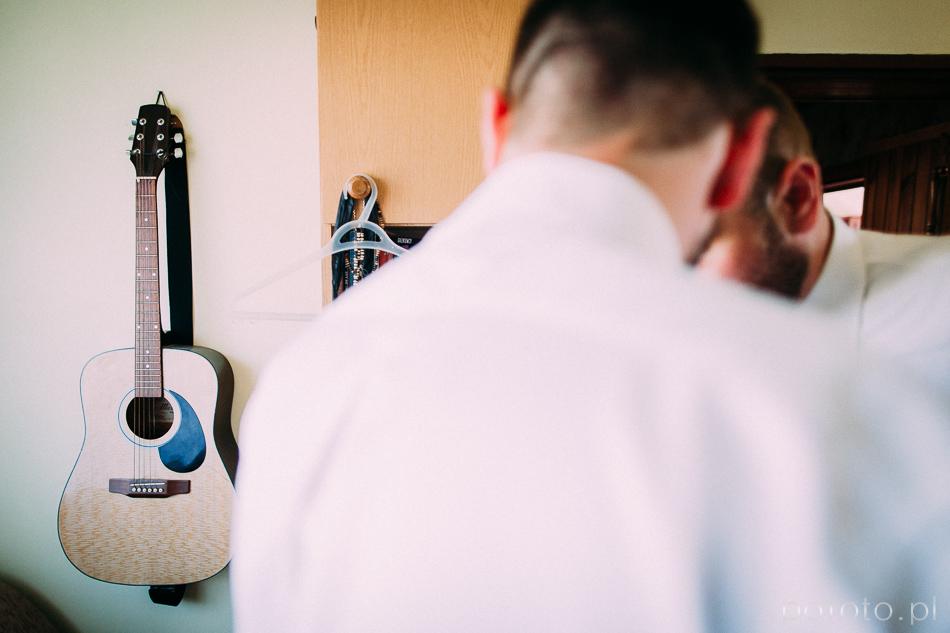 gitara na ścianie pana młodego, przygotowania, fotoreportaż ślubny