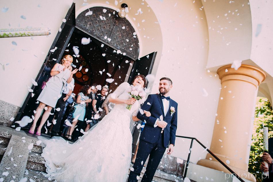 para młoda wychodzi z kościoła fotoreportaż ślubny