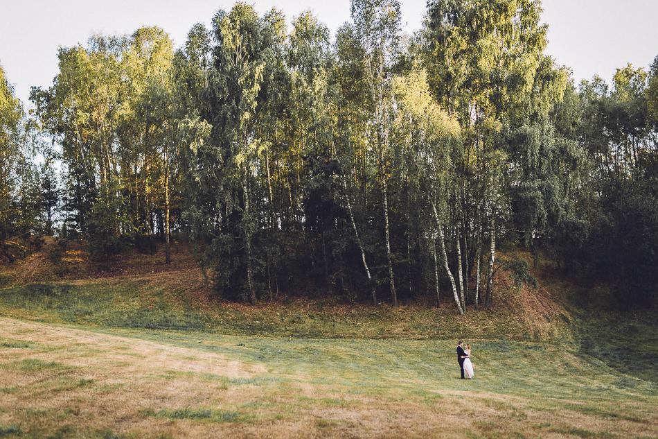 plener ślubny w okolicach parku krajobrazowego wzniesień łódzkich
