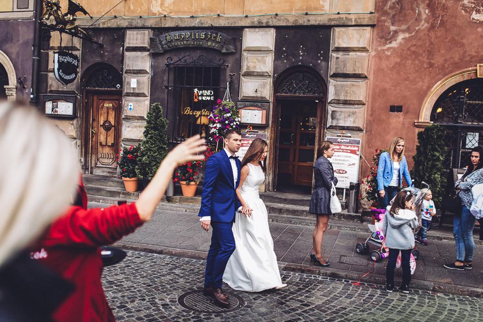 młoda para podczas sesji ślubnej na starym mieście w warszawie