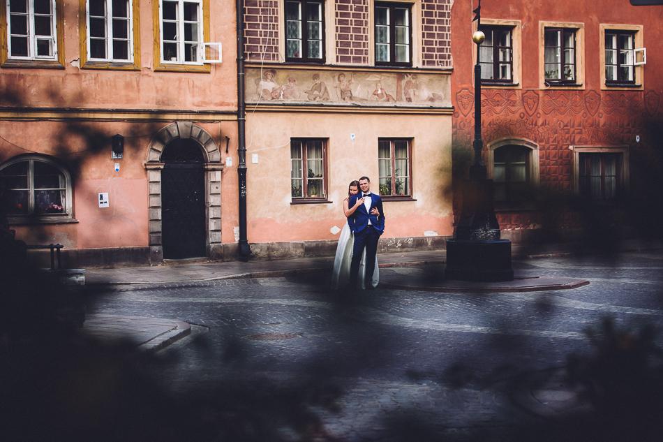 młoda para na tle kamienic na starym mieście w wawie