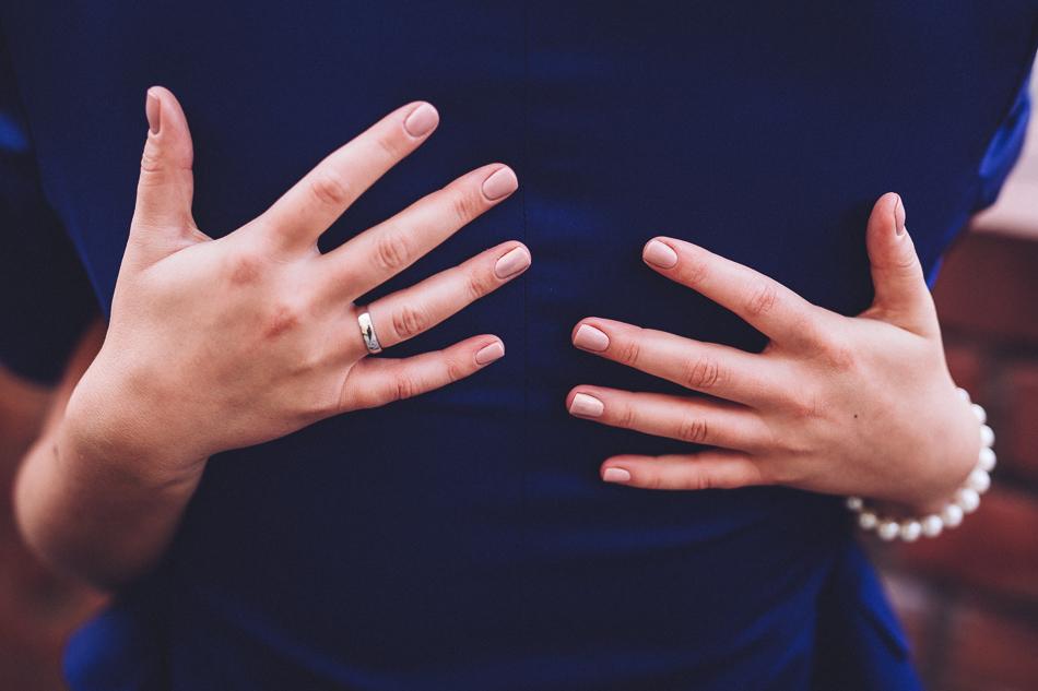 młoda para - dłonie