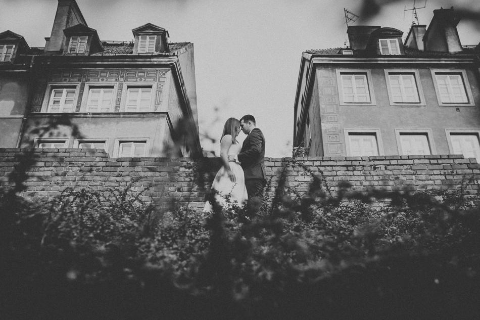 młoda para na tle kamienic starego miasta w warszawie zdjęcie w czerni i bieli