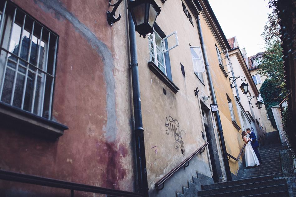 młoda para na schodach starego miasta w warszawie