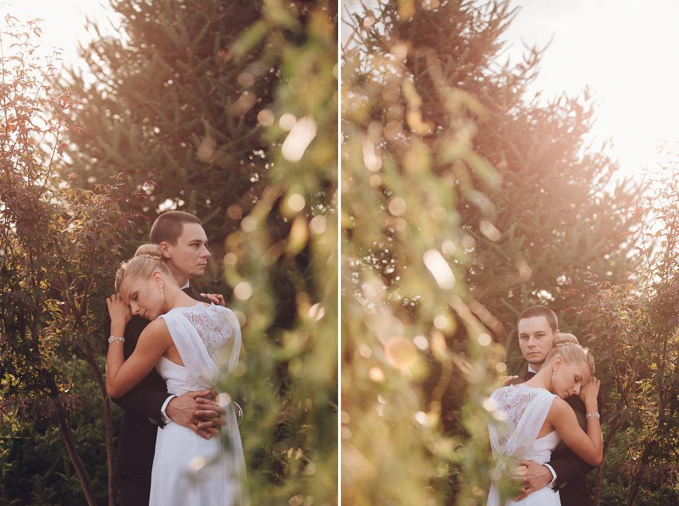 przytulona para młoda podczas pleneru ślubnego