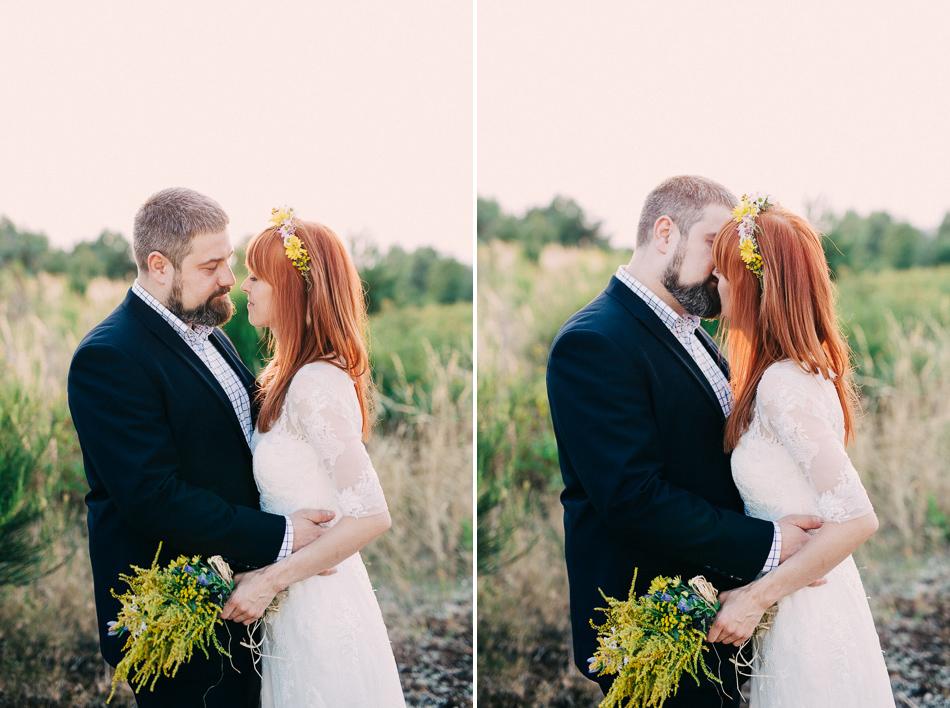 para młoda w objęciach, zdjęcie z pleneru ślubnego, park krajobrazowy wzniesień łódzkich, jarzębina
