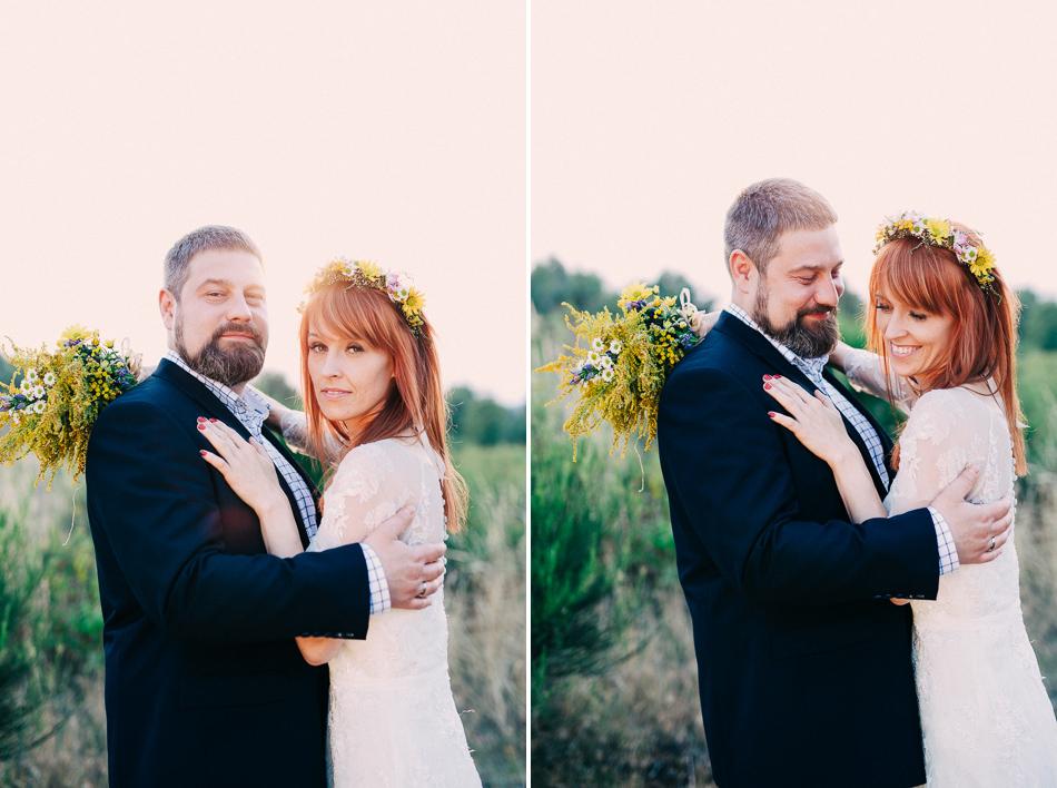 para młoda w objęciach, zdjęcie z pleneru ślubnego, park krajobrazowy wzniesień łódzkich