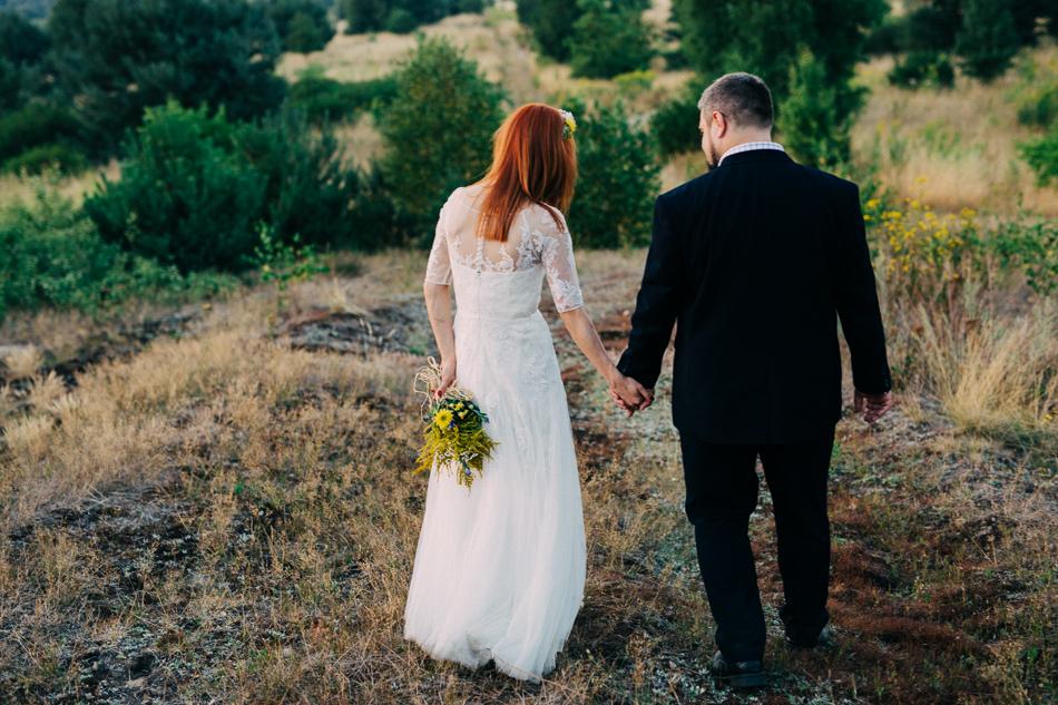 spacerująca para młoda, zdjęcie z pleneru ślubnego, park krajobrazowy wzniesień łódzkich
