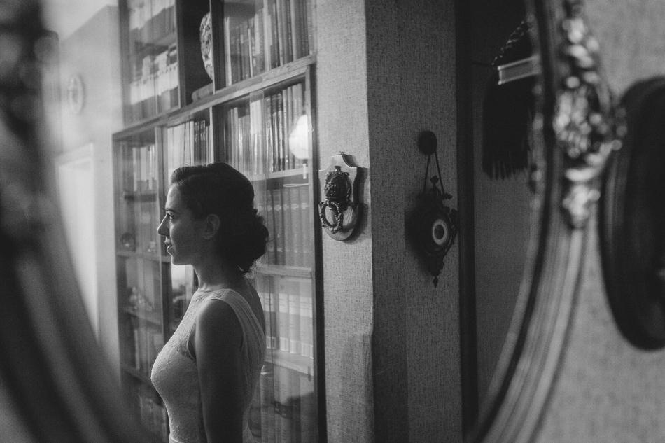 odbicie w lustrze panny młodej podczas przygotowań