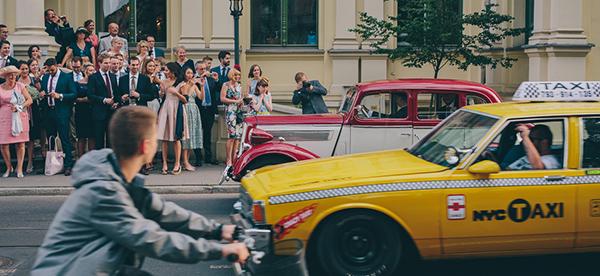 przywitanie pary młodej przed Domem Towarzystwa Kredytowego w Łodzi