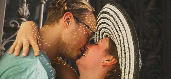 sesja narzeczeńska, kapelusz, cień, słońce, miłość, pocałunek
